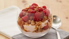 This deliciously fun cheesecake parfait has a secret – it's packed with protein and whole grain to satisfy you and make you feel full. Best Cheesecake, Caramel Cheesecake, Smoothie Recipes, Snack Recipes, Cooking Recipes, Snack Hacks, Yogurt Recipes, Smoothies, Cookie Desserts