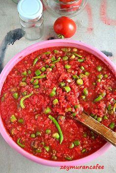 Son zamanlarda iyice ön plana çıkan hanımlar tarafından çok tercih edilen bir turşu çeşidi de domatesli acı biber turşusudur ama klasik olarak yapılan domateslerin tüm tüm kavanozlara doldurulmasıyla yapılandan değil, bu sos halinde domatesin püre şekline getirilmesiyle bir lezzet haline dönüşen bir turşu tarifidir. Domates soslu biber turşusu nasıl yapılır, püf noktaları nelerdir, kış için …