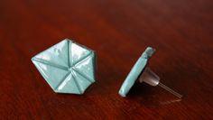 grafische Ohrstecker aus Porzellan, handgefertigt, hell-türkis