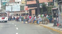 """Cola para comprar GAS domestico """"CERCA DE MIRAFLORES""""..."""
