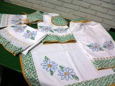 Kit de cozinha contendo: - 1 capa de butijão de gás - 1 toalha de fogão quadrada = 0,55 x 0,55 m - 1 suporte para bate mão  - 1 bate mão - 1 pano de prato  - 1 capa para galão de água  100 % em algodão bordado a mão com os pontos: caseado, rococó e haste  As aplicações em patchwork de ...