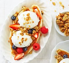 Breakfast banana split: Top a sliced banana with nut butter, frozen yogurt, a handful of berries and low-sugar granola for a weekend morning treat Health Breakfast, Easy Healthy Breakfast, Breakfast For Kids, Breakfast Time, Breakfast Ideas, Brunch Recipes, Healthy Dinner Recipes, Breakfast Recipes, Dessert Recipes