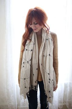 DIY Constellations Scarf – A Beautiful Mess Isn't this pretty? A nice tutorial with photos. I think that this scarf would make an awesome gift. Do It Yourself Inspiration, Diy Inspiration, Style Me, Cool Style, Blue Style, Diy Fashion Projects, Scarf Tutorial, Do It Yourself Fashion, Diy Couture