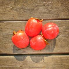 Takto má vyzerať zrelé hurmikaki :) #hurmikaki #kaki #ovocie #fruit #fresh #rawfood #veganfood #vegan #vegetarian #nitra #slovensko #slovakia #veganslovakia #fit #fitslovakia #zdravarestauracia #donaskajedla Plum, Fruit, Food, Essen, Meals, Yemek, Eten