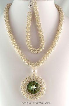 Amy's treasure: Eskembeskemre majdnem kesz a szett Pearl Necklace Designs, Beaded Jewelry Designs, Handmade Jewelry, Seed Bead Necklace, Beaded Earrings, Beaded Bracelets, Heart Jewelry, Crystal Jewelry, Embroidery Jewelry