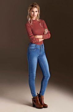 WORKER GIRL Dopasowana bluzka z wygodnego dżerseju w prążek od Happy Holly, 99 zł + wąskie, modne dżinsy 189 zł