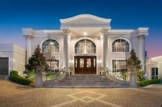 Most of Brisbane's satellite towns offer lower-cost alternatives to inner city living and that's no exception when it comes to elite homes as well. Dream Homes, Dream Mansion, Luxury Homes Dream Houses, Luxury Homes Exterior, Modern Style Homes, Modern House Design, Dream House Plans, House Floor Plans, Luxury Staircase