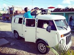 """Pokračujeme dál. Prý """"ráno vás vyzvedne minibus""""  Kubánské pojetí dopravy je velmi svérázné. Vlezlo se tam 8 lidí plus řidič ale trochu to bolelo.. #cubaroadtrip #cubalibre #cuba #roadtrip"""