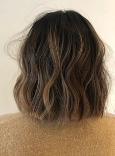50 Blunt Cuts and Blunt Bobs That Are Dominating in 2020 - Hair Adviser Medium Hair Styles, Curly Hair Styles, Hair Medium, Brown Blonde Hair, Blonde Honey, Blonde Dye, Hair Highlights, Chunky Highlights, Caramel Highlights
