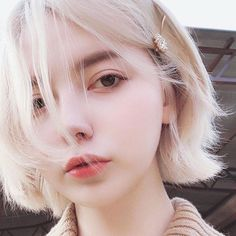The mad girl with the staring eyes and long white fingers Uzzlang Girl, Girl Face, Pretty People, Beautiful People, Western Girl, Girl Short Hair, Kawaii Girl, Tumblr Girls, Aesthetic Girl