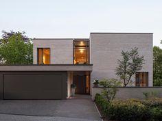 Blick auf den Eingang: moderne Häuser von ARCHITEKTEN BRÜNING REIN