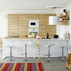 Une cuisine en bois et en carrelage lumineuse // kitchen with wood and bright tiles