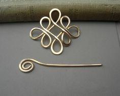 Diseñamos, martillado y arremolinados 12 calibrador de alambre de cobre amarillo del handmake este nudo céltico inspiradas en chal perno o perno de pelo. Suavizan los bordes para que no alcanzará en su chal. Las medidas de perno de 1 3/4-2 1/8 (4.5-5.4 cm) largo y aproximadamente 1 3/4-2 1/8 (4.5-5.3 cm) a través de la parte más ancha. La parte de pin de palo con la espiral en la parte superior que se desliza a través del diseño principal para asegurar el pasador es de 2 ...