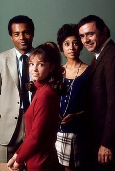 Cast of Room 222 - Lloyd Haynes (Pete Dixon), Denise Nicholas (Liz McIntyre), Michael Constantine (Seymour Kaufman), Karen Valentine (Alice Johnson) Strangis (Helen Loomis) - Good TV show from back in the day. Wonder where they are now. 70s Tv Shows, Old Shows, Great Tv Shows, Classic Series, Classic Tv, Karen Valentine, Room 222, Vintage Tv, Vintage Food