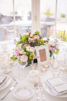 Using soft pinks, peach flowers with creme and white flowers and soft and romantic foliage was the brief for florist Lamber de Bie.