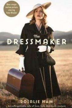 Tilly Dunnage (Kate Winslet) güzel, yetenekli ve sıra dışı bir kadındır. Vicdanında taşıdığı büyük bir yükle, annesi Molly'yi (Judy Davis) bulmak için doğduğu kasabaya döner. Tilly artık kasabada bir yabancı sayılmakta ve katil olarak suçlanmaktadır. Geçmişin yaraları ile döndüğü bu yerde Tilly'yi kasabalıya yaklaştıran şey Tilly'nin eşsiz terzilik yetenekleri olur. Acılar yerini kahkahalara bırakırken Tilly modacı kimliğiyle kasabanın kadınlarını adeta baştan yaratır. Bu arada geçmişini…