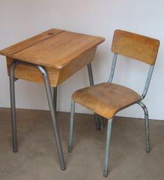 Old fashioned chair and desk One Bedroom, Kids Bedroom, Old School House, Cool Kids Rooms, School Desks, Kid Desk, School Furniture, Vintage School, Kid Spaces
