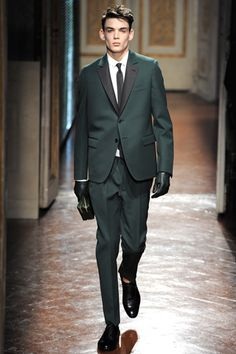 Valentino shows menswear at Pitti Uomo Florence Men Fashion Show, Mens Fashion Week, Fashion Wear, Formal Fashion, Vogue Paris, Valentino Suit, All Black Suit, Fit Girls Guide, Tuxedo For Men