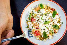 Tuňákový salát s kuskusem je k večeři ideální. Chutná skvěle a jeho příprava trvá jen pár minut; Z fitka do kuchyně 1