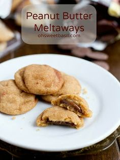These are the best peanut butter cookies I've ever had. Peanut Butter Meltaway Cookies are soft peanut butter cookies, stuffed with chocolate and rolled in cinnamon sugar! Cookie Desserts, Just Desserts, Cookie Recipes, Delicious Desserts, Dessert Recipes, Yummy Food, Dessert Bars, Fun Food, Soft Peanut Butter Cookies