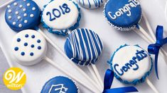 Celebrate your graduate with these Graduation Cookie Sandwich Pops. Decorated using Candy Melts candy, these cookie pops are easy to customize to fit your needs. Graduation Party Foods, Graduation Cupcakes, Grad Parties, Graduation Ideas, Fundraiser Food, Dallas Cowboys Party, Baby Shower Deco, Biscuits, Cake Pops How To Make