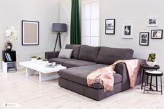 Die Kombination von grau von rosa ist im Wohnzimmer einfach toll!  Die Platzierung von schönen Bildern über dem Sofa gibt dem Raum eine ganz persönliche Note! #grey #rose #livingroom