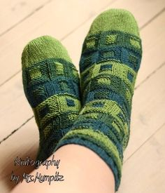 Bricks socks knitting pattern. This is a beautiful pattern for either one colored yarn or yarns with longer color changeovers. You can use only one yarn for the whole sock, which will also give a nice structure due to the knit/purl changes or use multiple yarns to create a deeper effect. For the cuff I used a triple cuff, which also gives a nice effect when made in different colors.