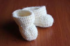 Toiveesta napsuttelin tänne nyt ihanan ja simppelin tossuohjeen. Tossut sopivat vastasyntyneelle, mallin pohjan pituus on noin 8cm. Olen kä... Fingerless Gloves, Arm Warmers, Diy And Crafts, Baby Shoes, Slippers, Knitting, Kids, Crocheting, Fingerless Mitts