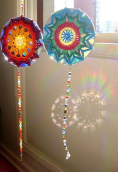 16 DIY Projects Using Old and Scratched CDs - Create unique sun catchers with a CD and some creative crochet work.