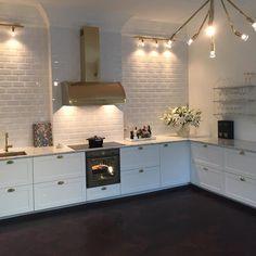 Det tog sin lilla tid, men nu är ALLT klart i köket #kvist #örsjö #svenkttenn #smeg #fjäråskupan #inredning #kök #köksrenovering #inspiration #interiordesign #inredningsdesign #köksinspiration #kitchen #instagood #interiors #domperignon #oxdenmarq #skandiamäklarna #marmor #mässing