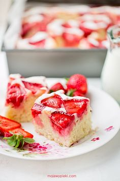 A fluffy and moist strawberry cake. Easy and simple to make! Breakfast Menu, Taste Of Home, Bruschetta, Sweet Recipes, Sweet Tooth, Recipies, Strawberry, Food And Drink, Sweets