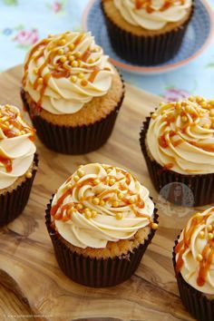 Deliciously & Moist Cupcakes, with a hidden Salted Caramel centre, topped with a Silky Smooth Salted Caramel Buttercream with a Caramel Drizzle! These cupcakes are something. Cupcakes Amor, Moist Cupcakes, Banana Cupcakes, Gourmet Cupcakes, Strawberry Cupcakes, Velvet Cupcakes, Easter Cupcakes, Flower Cupcakes, Christmas Cupcakes