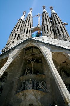 The expiatory church of La Sagrada Família is a work on a grand scale which was begun on 19 March 1882 from a project by the diocesan architect Francisco de Paula del Villar (1828-1901). At the end of 1883 Gaudí was commissioned to carry on the works Barcelona Airport Private Arrival Transfer Excursions in Barcelona Holidays in Barcelona Sightseeing tours, airport transfers, taxi, interpreter and your personal guide in Bar