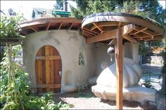 Foto by Austin Bradley city farmer shed and cob oven Cob Building, Green Building, Building A House, Earth Bag Homes, Earthship Home, Tadelakt, Underground Homes, Natural Homes, Unusual Homes