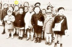 Camp-Joffre-a-Rivesaltes Évacuation de 15 enfants Juifs de Rivesaltes le 25 avril 1942. Ils seront pris en charge par l'OSE et par les EEIF. David Korn (le 3e à gauche au 2e rang) et Milton Einhorn (le 5e à gauche au 2e rang) sont cachés jusqu'à la fin de la guerre. source photo : Arch. David Korn