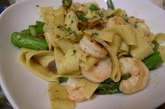 Fetuccini con gambas y espárragos verdes: http://fetuccini-con-gambas-y-esparragos-verdes.recetascomidas.com/ #pasta #gambas #esparragos #receta #recipe