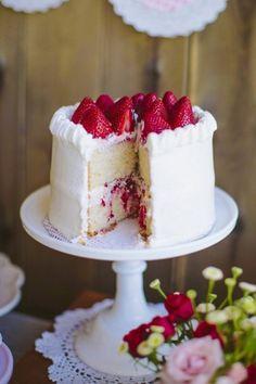 detalle tarta con fresas y nata