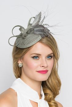 This season, sophisticated fascinators stole the show on the runways. Fascinators can be a little intimidating. But this cute little fascinator will help you overcome that fear. It perfectly lands the Facinator Hats, Fascinator Headband, Fascinator Hairstyles, Tea Party Hats, Braut Make-up, Kentucky Derby Hats, Millinery Hats, Diy Hat, Fancy Hats