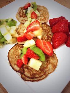 Banaan-ei pannenkoekjes met fruit Pancakes, Fruit, Breakfast, Food, Egg As Food, Morning Coffee, Essen, Pancake, Meals