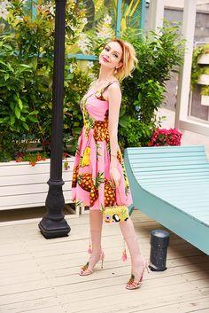Dolce & Gabbana pineapple dress and sandals   #dolcegabbana #dolcegabbanadress #pineappleprint #dolcegabbanasummer #pinkdress #streetstyle #fashion #thefashionarea