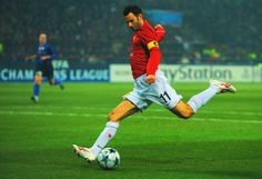 Ryan Giggs in Champions League action, 2009