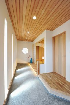 玄関からホールにも和室にも直接行ける通り土間 Home Interior Design, Japanese Style House, House Interior, Japanese Interior Design, House, Home, Japanese Home Design, House Entrance, Ceiling Color Design
