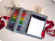 DIY felt pencil and notebook case. A nice, easy and cheap gift idea for kids ! Inspired by smallfriendly.com // Pochette à crayons de couleurs et carnet faite main en feutrine. Une idée cadeau sympa, facile et peu chère pour des enfants ! Inspirée par smallfriendly.com // Discover tutorial at / Tutoriel en 10 étapes disponible sur :  scrap-ines.over-b...