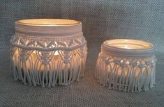 This Set of 2 macramé lanterns adapts to any interior. It is ideal for weddings, romantic dinners or evenings in the garden with friends. Macramé lanterns come with a white candle unscented and white sand. Material: cotton cord of 2 mm diameter, glass vases, unscented candles,