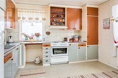 1969. Trevlig 1-plansvilla i Väckelsång! 107 kvm fördelat på 4 rum och kök varav 3 st sovrum. Källare under hela huset med gillestuga, matkällare, tvättrum och flera bra förrådsutrymmen. Trevlig trädgård med överbyggd altan på husets baksida. Huset ligger ett stenkast från idrottsplats och motionsspår. Välkomna på visning! Kitchen Cabinets, Mid Century, Home Decor, Decoration Home, Room Decor, Cabinets, Home Interior Design, Dressers, Home Decoration
