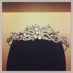 Nuestros primeros tocados de la nueva temporada, espectacular tiara de novia de cristales austriacos.