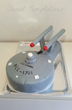 Starship Cake Birthday cake for a big fan of Star Trek!First it was a bit tricky because of the static, but in the end everything has. Star Trek Cake, Star Trek Party, Star Wars, Cake Icing, Cupcake Cakes, Cupcakes, Star Trek Birthday, Birthday Cake, Star Treck