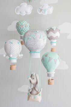Éléphant et ballon à air chaud bébé mobile en aqua, gris et blanc. Un adorable…