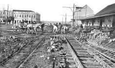 Detalhe das obras de colocação dos trilhos para os bondes elétricos em frente da Estação Férrea, em agosto de 1912. Os bondes começaram a funcionar em janeiro de 1913.