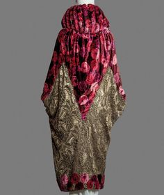 Evening coat, attributed to Paul Poiret, circa Via Pitti Palace Costume Collection. 30s Fashion, Art Deco Fashion, Fashion History, Retro Fashion, High Fashion, Vintage Fashion, Fashion Design, Paul Poiret, Vintage Outfits